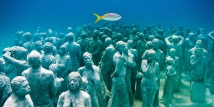 the-only-way-to-see-this-incredible-museum-in-mexico-is-by-scuba-diving